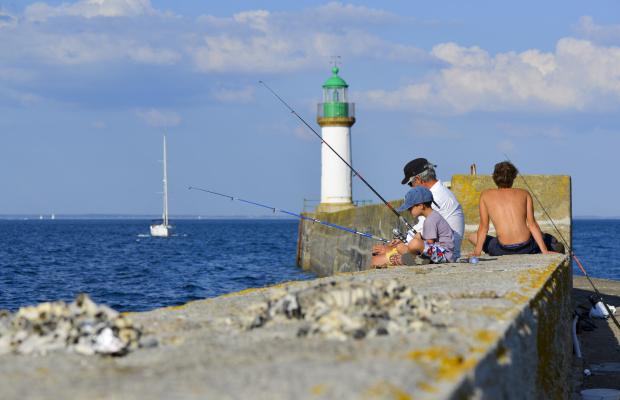 Pêche à la ligne sur le mole de Port-Tudy à Groix