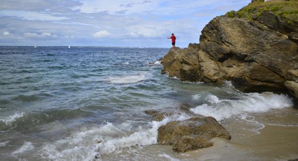 Pêcheur à la ligne sur un rocher à Porh Skeudoul, île de Groix