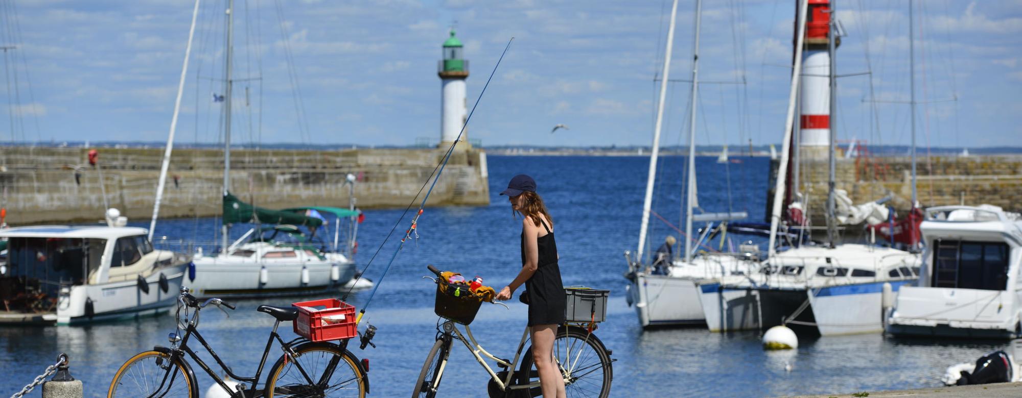 Vélo et canne à pêche sur le quai à Port-Tudy, île de Groix