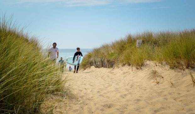 Jeune surfeur revenant de la plage, Guidel