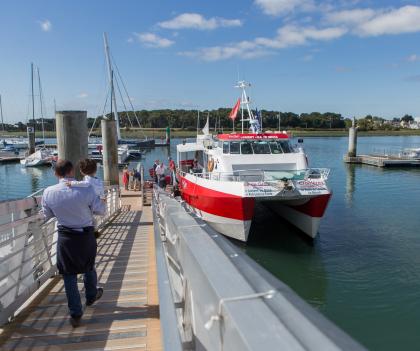 Bateau de la compagnie Escal'Ouest à l(embarcadère de Lorient La Base.