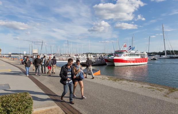Bateau de la compagnie Escal'Ouest au ponton de Lorient la Base, vu du quai.