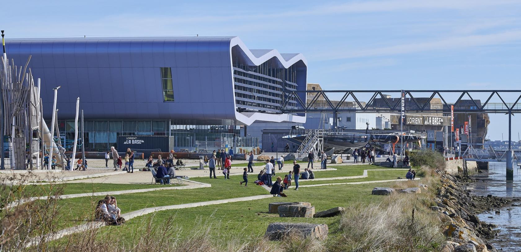 Esplanade de Lorient la Base, avec les jeux pour enfants.