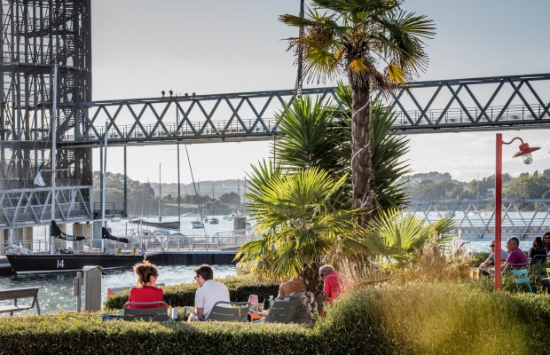 Farniente en terrasse sous les palmiers à Lorient La Base.
