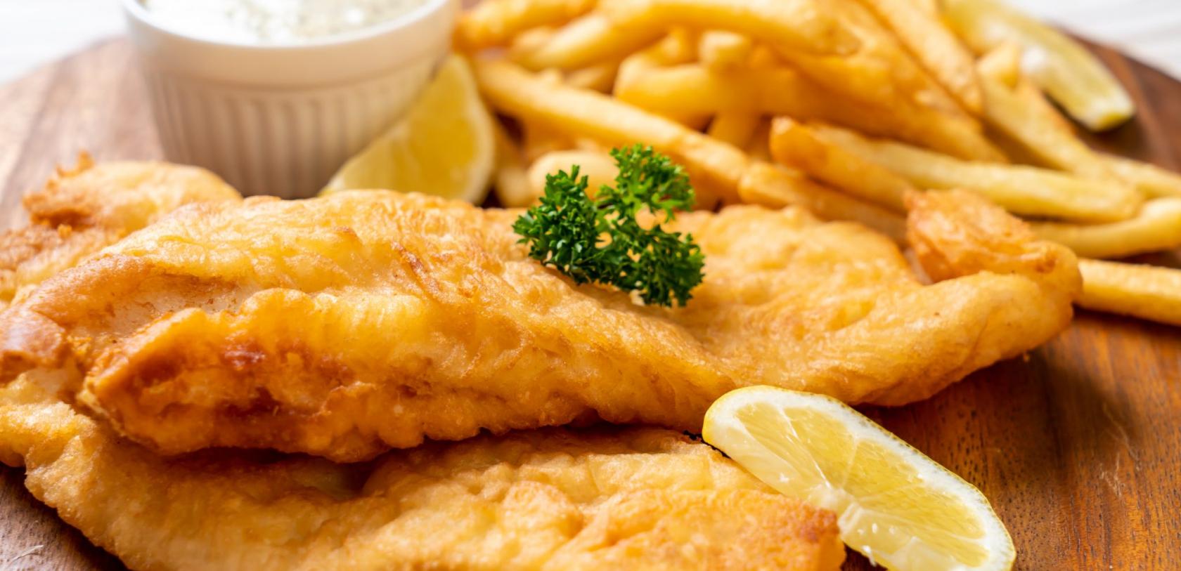 Fish and Chips, assiette de frites avec son poisson pané
