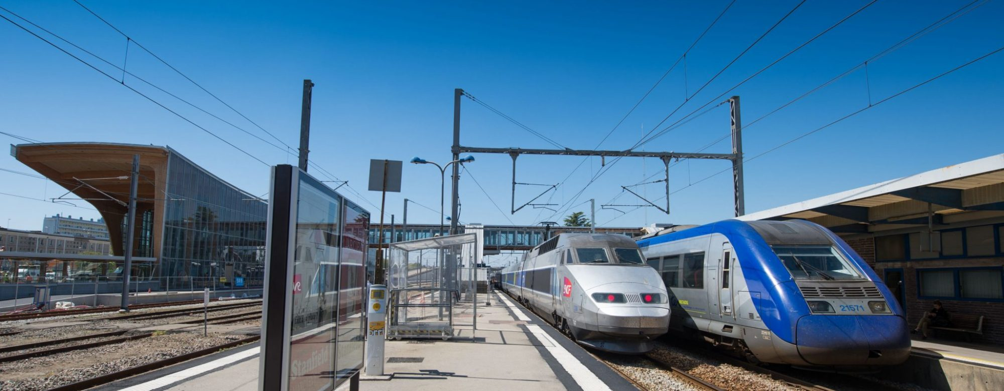 Quai extérieur et train de la gare SNCF de Lorient