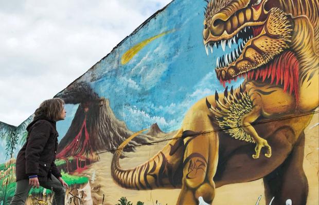Graff d'un dinosaure par KAZ au Port de pêche de Lorient
