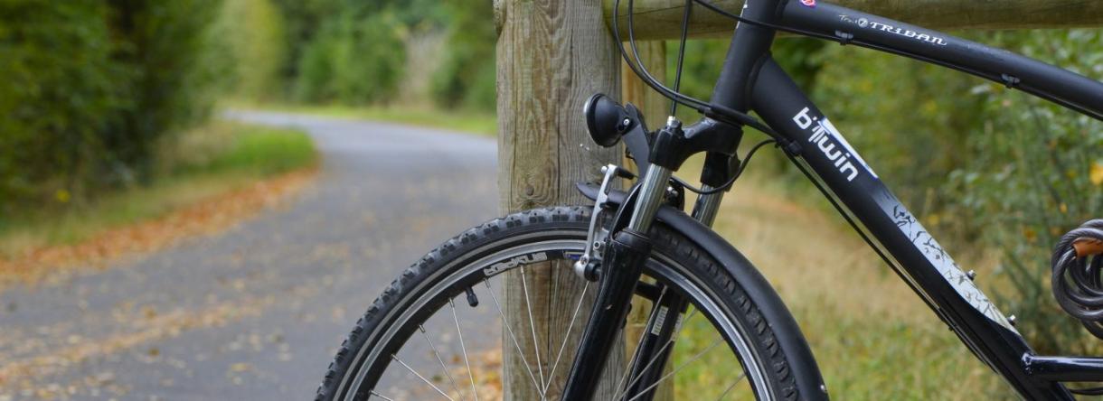 Un vélo le long du halage du Blavet à Hennebont.