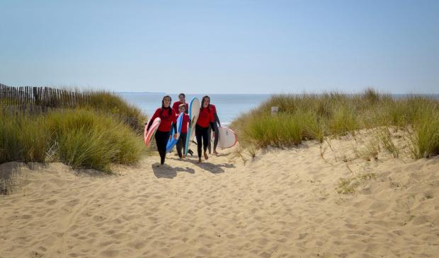 Groupe de surfeur sur la plage, Guidel
