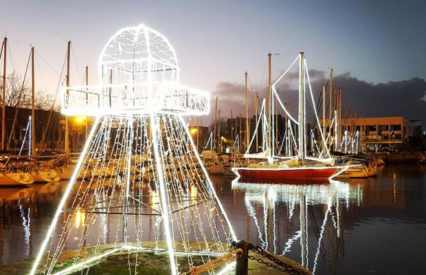 Illuminations de Noël sur les voiliers du port de plaisance de Lorient