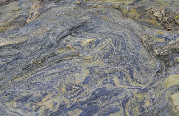 Gros plan sur le schiste bleu et vert, glaucophane à la pointe des Chats dans la réserve naturelle