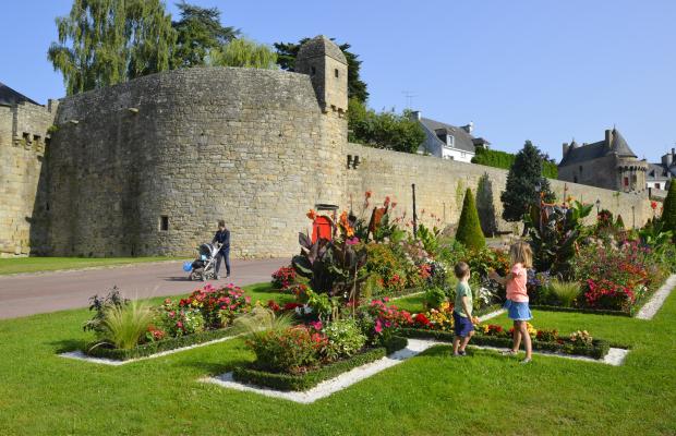Hennebont, enfants jouant dans les jardins devant les remparts