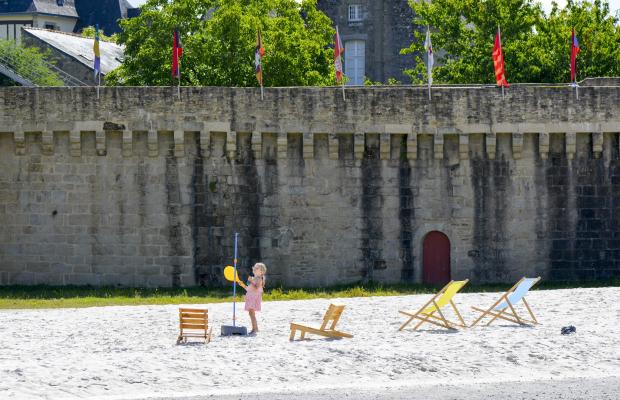 Hennebont, fillette jouant sur la plage aménagée devant les remparts