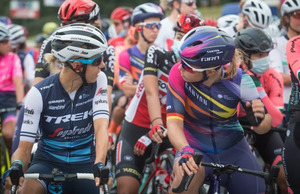 Cyclistes féminines en discussion ligne de départ du Grand prix de PLouay - Bretagne Classic Ouest-France