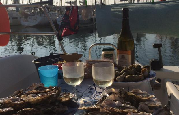 Assiette d'huîtres et vin blanc devant le port du kernevel, Larmor Plage