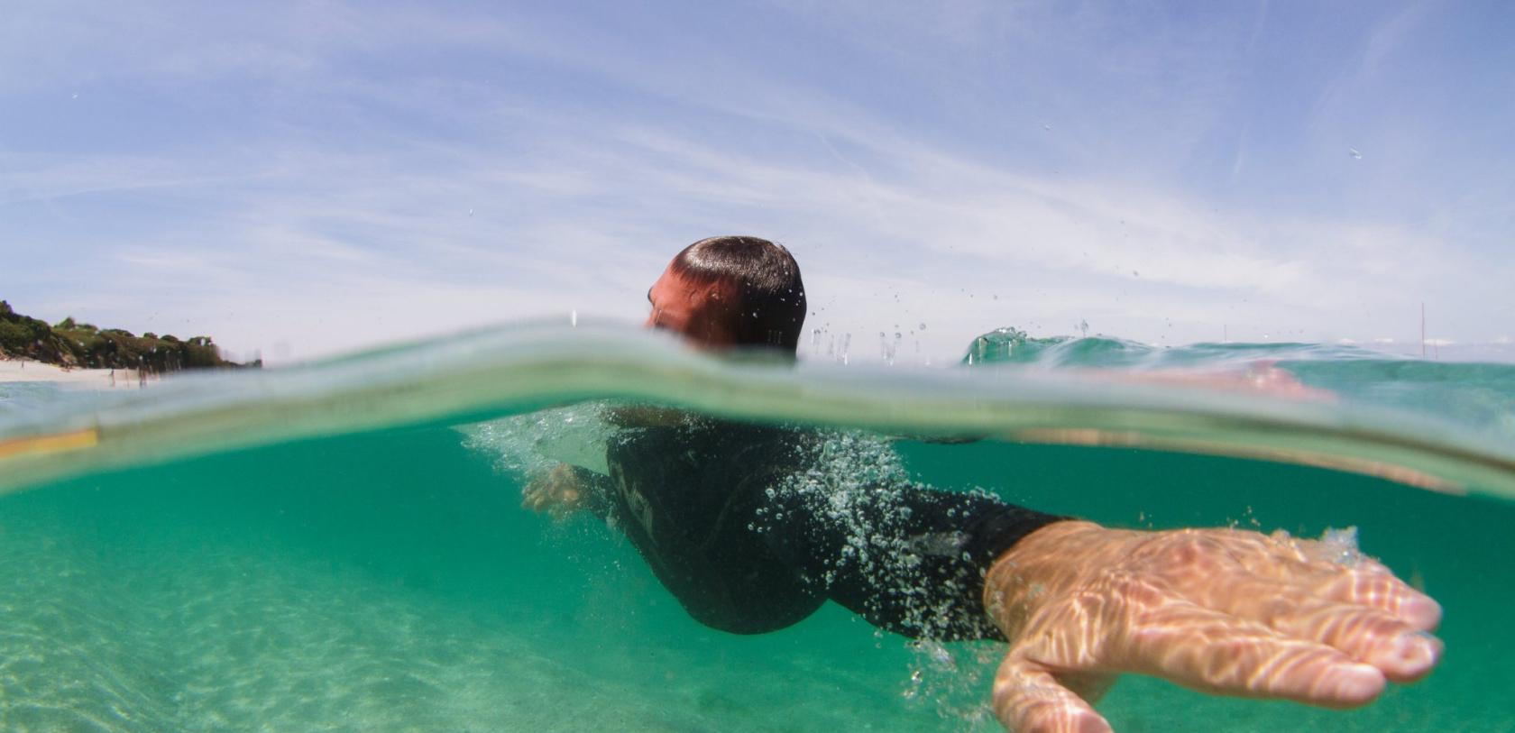 Nage à la plage Les Grands Sables à l'Ile de Groix