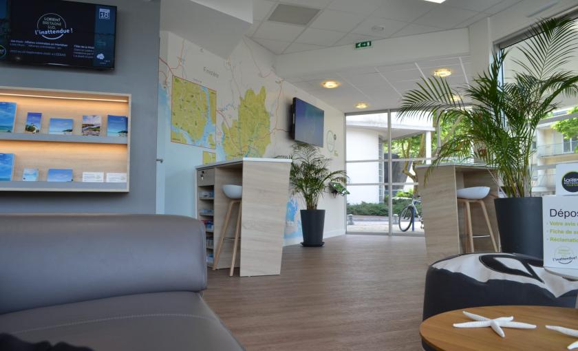 Cartes et écrans à l'Office de tourisme de Lorient.