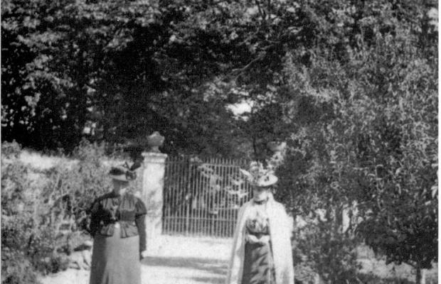 Ploemeur, promenade des dames devant les grilles du château de Soye en octobre 1898.