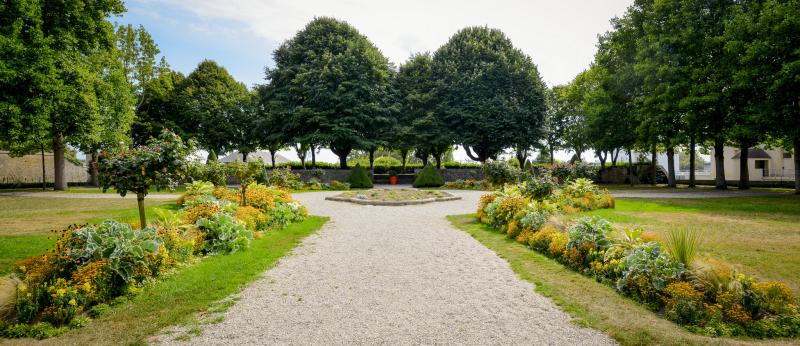 Les jardins à la française de l'Hôtel Gabriel, dans l'Enclos du Port à Lorient.