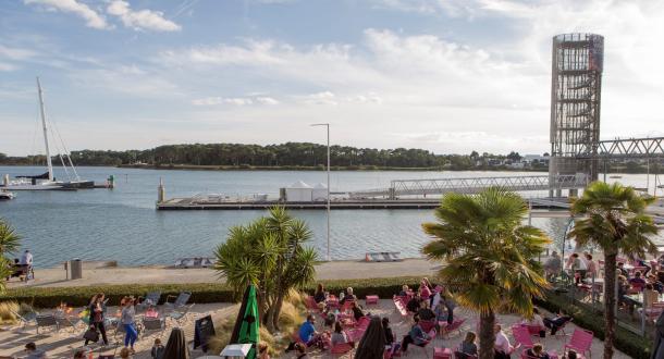 Grande terrasse face aux bateaux à Lorient La Base