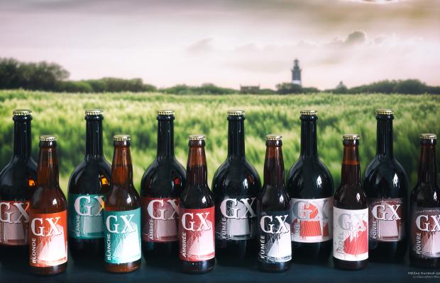 Île de Groix, bouteilles de bière sur fond du phare de Pen Men
