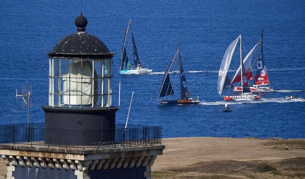 Bateaux de course Imoca au large de l'île de Groix derrière le Sémaphore