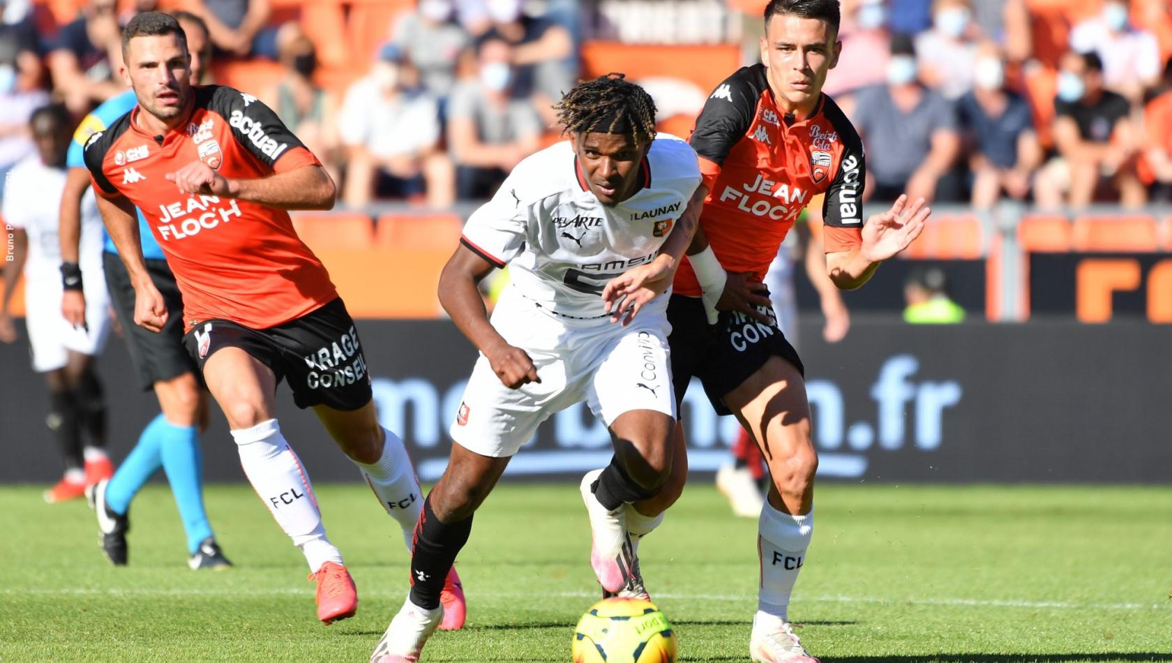 Enzo Le Fée et Quentin Boisgard en pleine action lors d'un match du FC Lorient