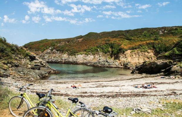 Louez un vélo pour découvrir les criques de l'île de Groix.