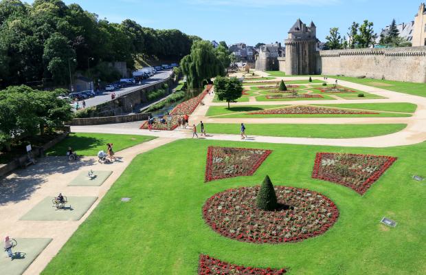 Loic-KERSUZAN-Morbihan-Tourisme-Vannes-vue-sur-le-jardin-le-long-des-remparts-Adt-aa2234-sans-limite-temps.jpg