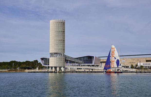 Cité de la Voile Eric Tabarly à Lorient la Base, un voilier Cité de la Voile en navigation devant les pontons
