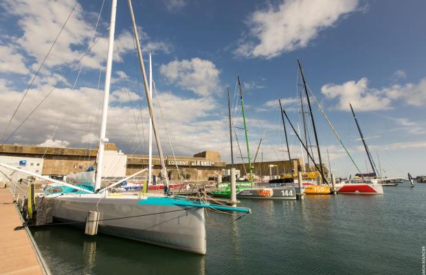 Monocoques aux pontons du pôle course au large de Lorient La Base