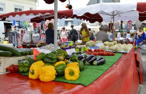 Étales de fruits et légumes sur le marché de Larmor-Plage