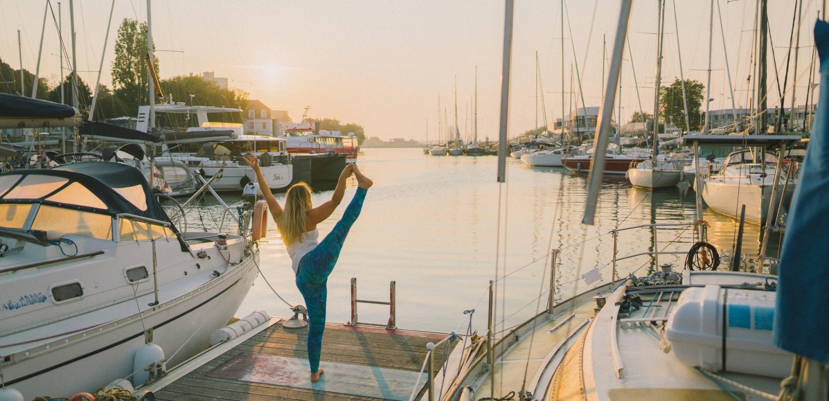 Yoga sur fond de lever de soleil au port de plaisance de Lorient Centre.
