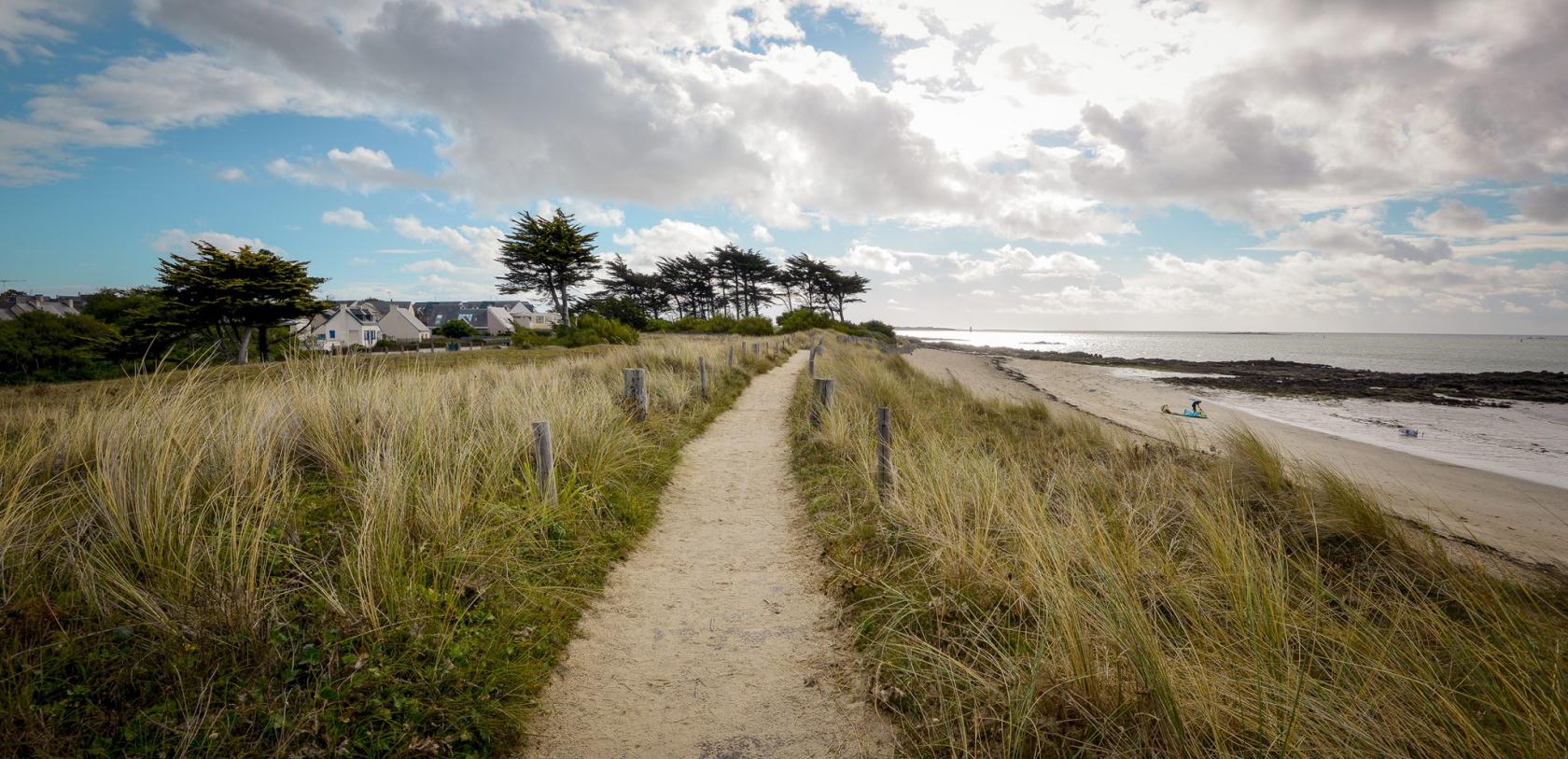 Chemin sur la dune, plage de Kerguelen à Larmor-Plage