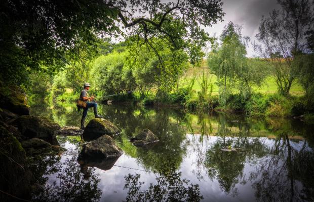 Un pêcheur au bord du Scorff