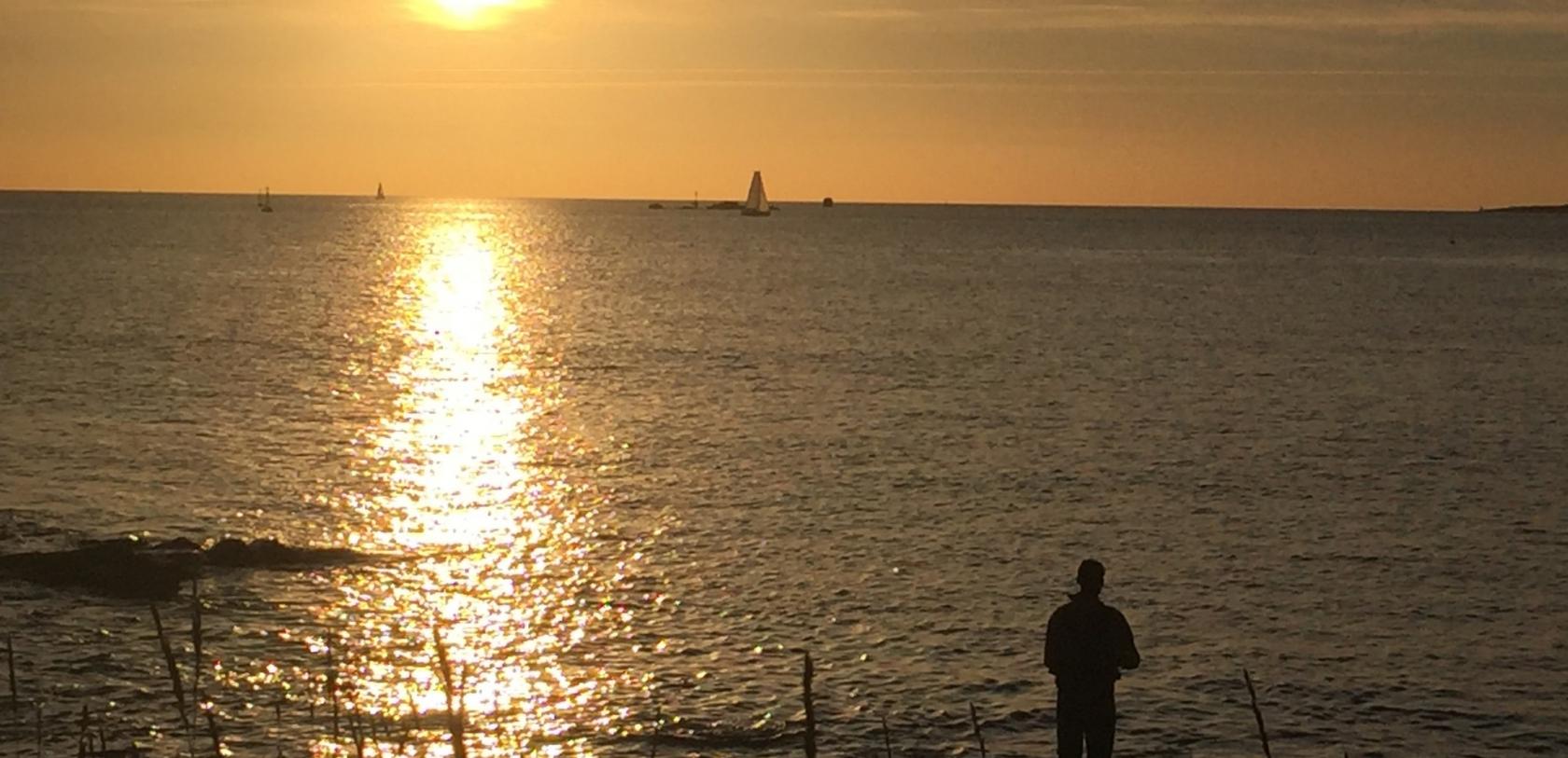 Pêcheur à la ligne le soir à la Pointe des Saisies à Gâvres