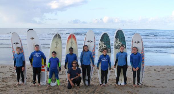 Photo de groupe de l'école de surf de Bretagne, Ploemeur