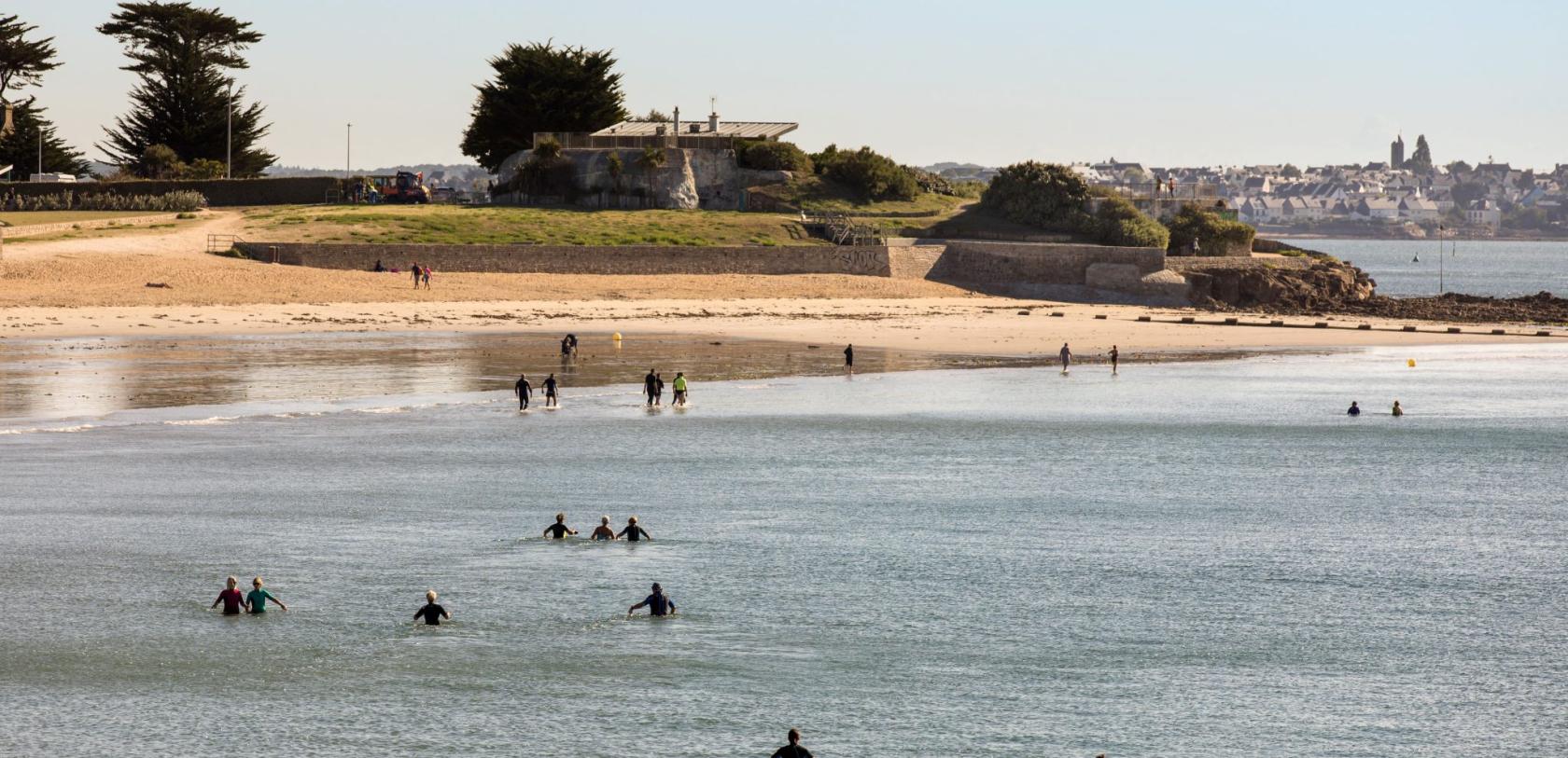 Marche aquatique sur la plage de Toulhars à Larmor-Plage