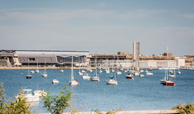 Vue du plan d'eau devant Lorient La Base, avec la Cité de la Voile Eric Tabarly.