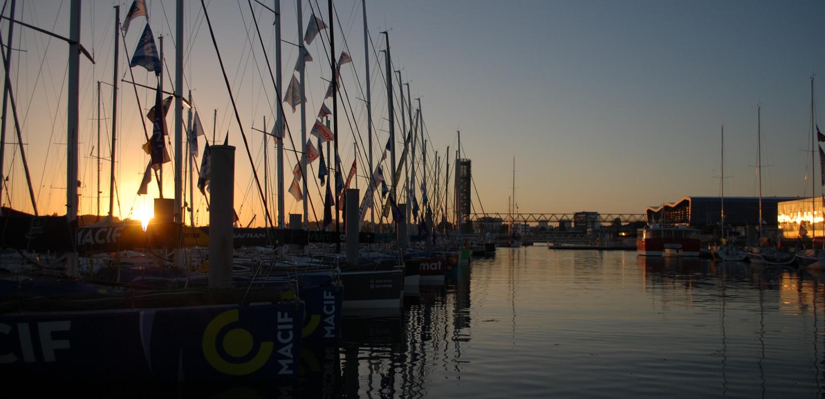 Le port de Lorient La Base au coucher de soleil.
