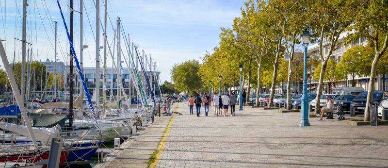 Le Quai des Indes, longeant le bassin à flots au centre-ville de Lorient