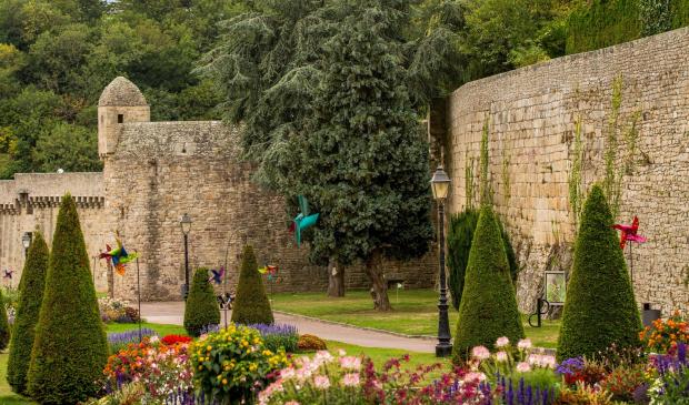 jardins fleuris devant les remparts de la ville d'Hennebont