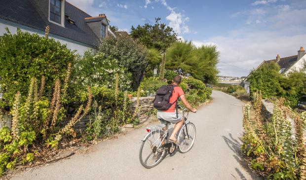A vélo sur les petites routes de l'île de Groix.