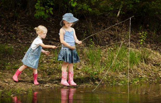 Des enfants pêchent dans la rivière du Scorff.