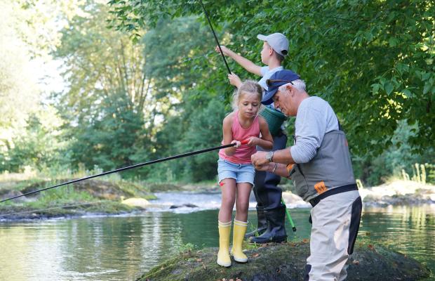Les enfants apprennent à pêcher dans la rivière du Scorff.