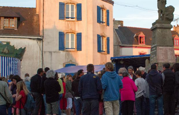 Animation au bourg en soirée à l'Ile de Groix.