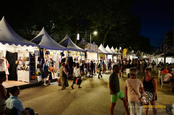 Festival Interceltique de Lorient, les stands ouverts le soir.