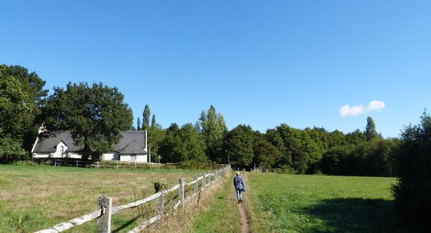 Randonneur sur un chemin de randonnée à Bon Secours à Quéven