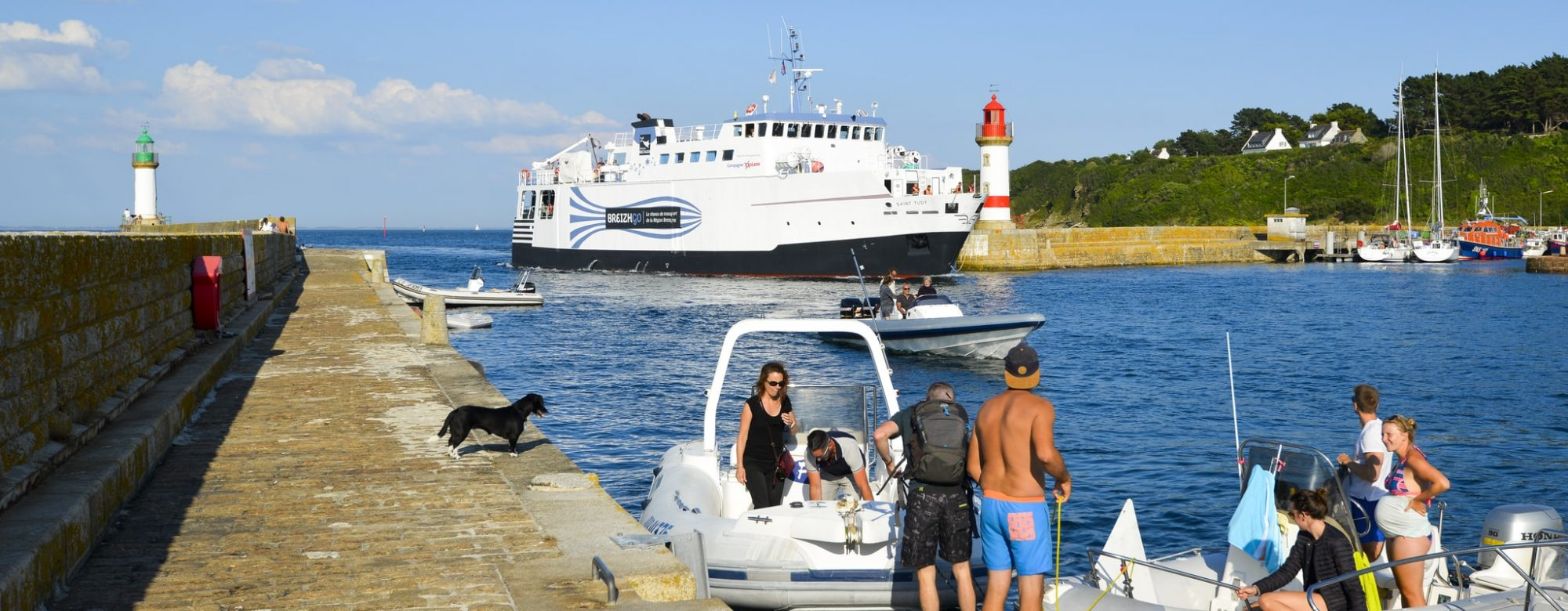 Arrivée du bateau à Port Tudy.