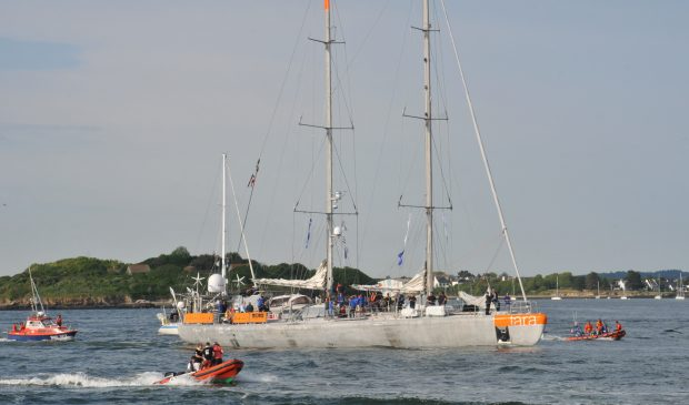 Départ du voiler TARA dans la rade de Lorient.